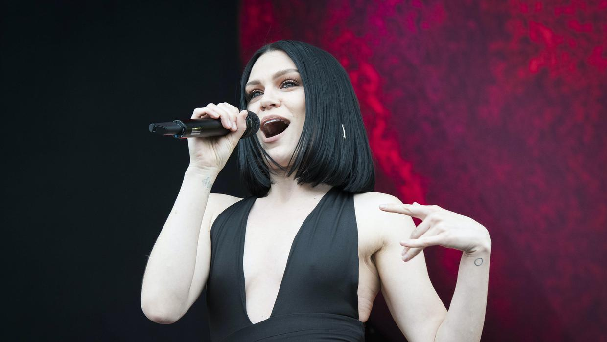 Jessie J 'sets story straight' after revealing ear condition