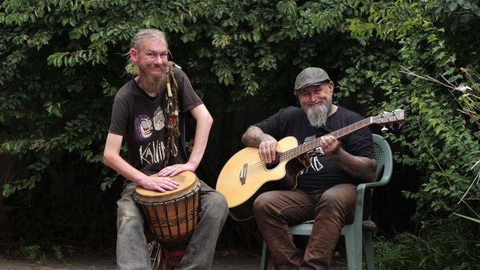 Acoustic folk-punk duo Screw Acoustics perform Happy Song. – ABC News
