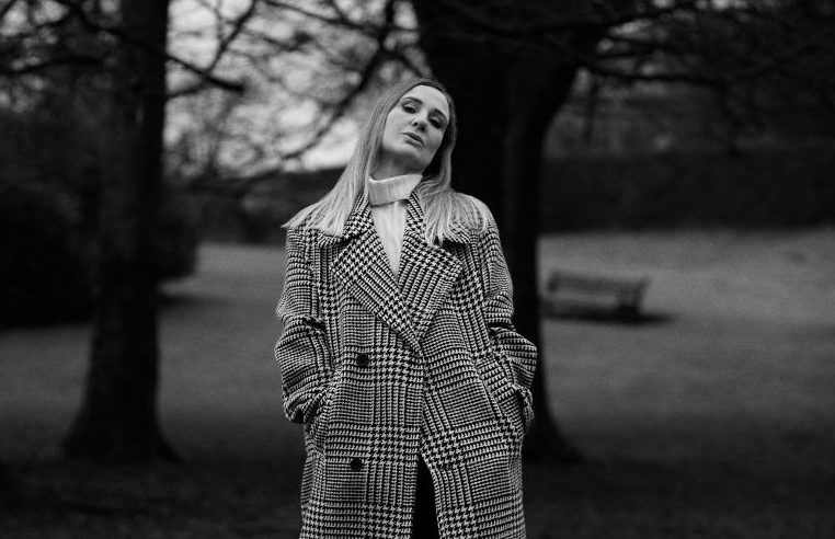"""mxdwn PREMIERE: Louise Quinn Announces Kramer-Produced New Album Gates Of Light for March 2021 Release and Shares """"Walk On"""""""