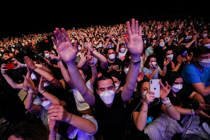 5,000 music fans have COVID tests before non-distanced concert in Barcelona
